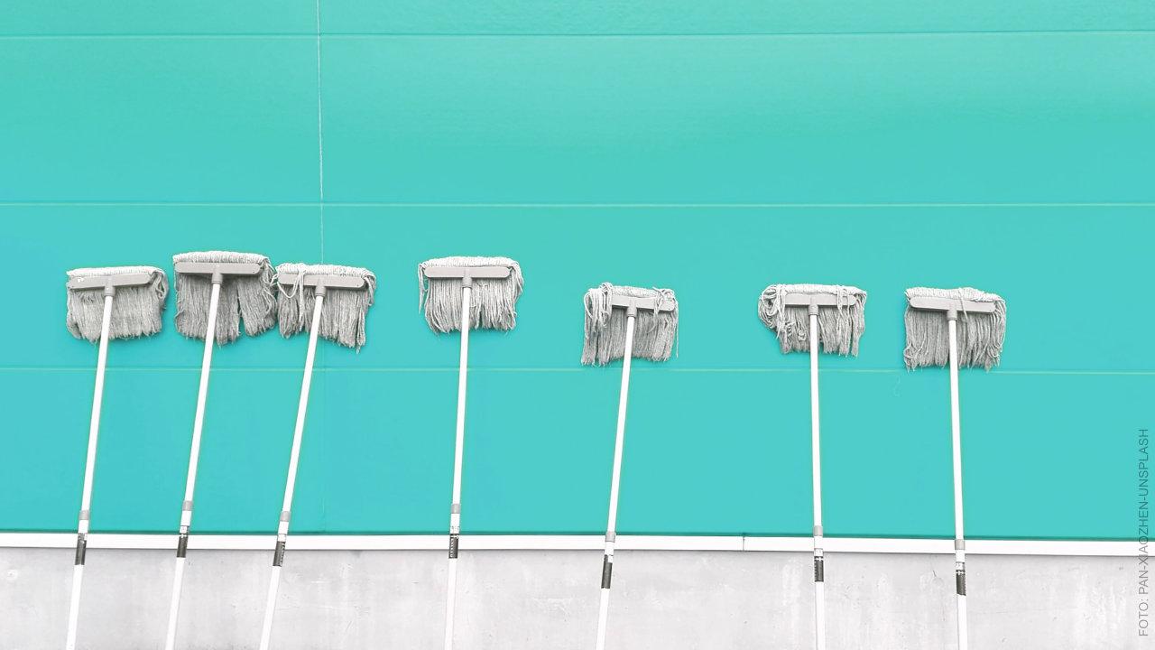 Wischmop lehnt an der Wand. ffs Clean Streets.