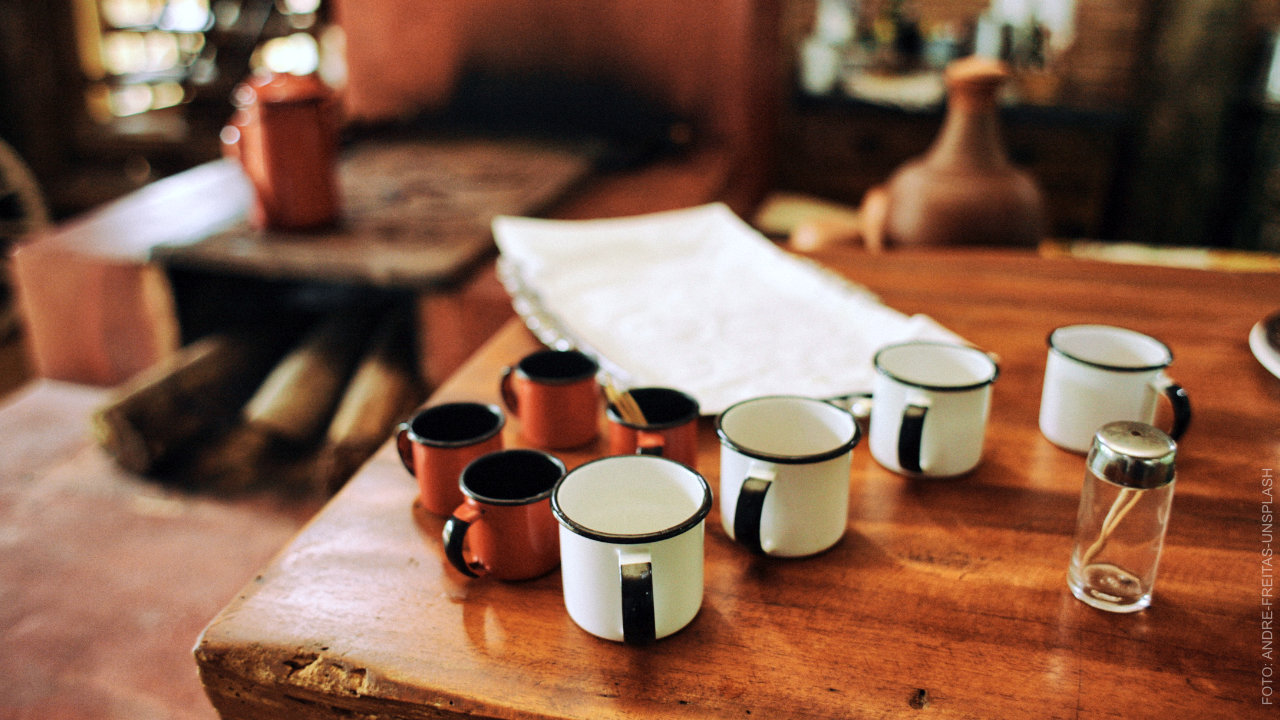 Tisch im Café mit Tassen. ffs Gleis1